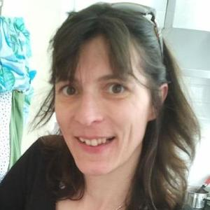 Catherine Walsh | <p>[ Dipl&ocirc;me v&eacute;rifi&eacute; par un administrateur]</p>  <p>Tutrice d&#39;anglais &aacute; l&#39;Universit&eacute; de la Sorbonne pour ses cours en ligne (ENEAD), vivant en Irlande depuis de nombreuses ann&eacute;es et&nbsp;ayant une grande exp&eacute;rience de l&#39;enseignement, je donne des cours d&#39;anglais et de Fran&ccedil;ais Langue &eacute;trang&egrave;re tous niveaux. Mes cours visent &aacute; expliquer les notions&nbsp; de mani&egrave;re tr&egrave;s simple et au rythme de l&#39;&eacute;l&egrave;ve, que ce soit &aacute; l&#39;&eacute;crit ou &aacute; l&#39;oral. Je m&#39;adapte au niveau et pr&eacute;pare toujours mes cours &aacute; l&#39;avance afin qu&#39;ils soient personnalis&eacute;s et adapt&eacute;s aux besoins de l&#39;&eacute;l&egrave;ve.&nbsp;</p>  <h5>Quel a &eacute;t&eacute; votre parcours ?</h5>  <p>Apr&egrave;s avoir donn&eacute; depuis des ann&eacute;es, des cours particuliers d&#39;anglais et de fran&ccedil;ais pour les &eacute;trangers, j&#39;ai choisi de me tourner vers les cours en ligne afin de pouvoir travailler de chez moi et m&#39;occuper de mes enfants. Je suis titulaire d&#39;un Master d&#39;anglais sp&eacute;cialit&eacute; Etudes Internationales, et d&#39;un Master de fran&ccedil;ais Langue Etrang&egrave;re, obtenus tous les deux avec la mention Bien. Avant cela, j&#39;avais pass&eacute; un baccalaur&eacute;at &eacute;conomique et social. Depuis 4&nbsp;ans, j&#39;assure les cours de tutorat en ligne de la Sorbonne pour le DAEU anglais,&nbsp;la Litt&eacute;rature anglaise en&nbsp;troisi&egrave;me ann&eacute;e de licence et la civilisation britannique et am&eacute;ricaine en premi&egrave;re ann&eacute;e de licence. J&#39;ai donc d&eacute;j&agrave; une exp&eacute;rience de l&#39;enseignement &agrave; distance. D&#39;autre part, je vis en Irlande depuis de nombreuses ann&eacute;es, ce qui me permet de baigner dans la langue anglaise en permanence.</p>  <h5>Quel est le domaine dans lequel vous souhaitez e