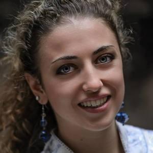 Marta Lovisolo | <p>Je m&#39;appelle Marta et j&#39;ai 21 ans. Je suis italienne mais j&#39;ai ve&ccedil;u dans plusieurs pays. Je suis diplom&eacute; de Scienes Po et j&#39;aime bien partager les connaisances que j&#39;ai acquis pendant mes &eacute;tudes et mes sejours.</p>  <h5>Quel a &eacute;t&eacute; votre parcours ?</h5>  <p>J&rsquo;ai int&eacute;gr&eacute; Sciences Po en 2014, apr&egrave;s avoir obtenu mon dipl&ocirc;me de lyc&eacute;e scientifique en italie (note 98/100, 30/30 lors de l&#39;&eacute;preuve orale) dans un lyc&eacute;e Europ&eacute;en. Maintenant je suis diplom&eacute; de Sciences Po cum laude (moyenne superior &agrave; 16/20) et je viens d&#39;integrer un master en Allemagne.</p>  <h5>Quel est le domaine dans lequel vous souhaitez enseigner et &agrave; quel public ?</h5>  <p>J&#39;einsegne des langues: l&#39;italien (ma langue maternelle), l&#39;anglais (ma langue d&#39;&eacute;tude, j&#39;ai obtenu 8/9 de IELTS), le chinois (j&#39;ai pass&eacute; le C1/HSK5 et j&#39;ai ve&ccedil;u pendant 1 ann&eacute; en Chine) et l&#39;espagnol (j&#39;ai pass&eacute; le C1 et j&#39;ai ve&ccedil;u pendant 1 ann&eacute; en Argentine). J&#39;aime einsegner &agrave; n&#39;importe quel publique, des &eacute;tudiants mais aussi des adultes. J&#39;ai aussi pas mal d&#39;&eacute;xperience avec les &eacute;xamens de niveau, et donc je pr&eacute;pare des cours personallis&eacute;s pour la preparation des &eacute;xamens.</p>  <h5>Qu&rsquo;est-ce qui vous fascine par rapport &agrave; votre domaine d&rsquo;&eacute;tude ?</h5>  <p>J&rsquo;aime particuli&egrave;rement les langues. L&rsquo;italien est ma langue maternelle et je la maitrise mieux que la majorit&eacute; de mes concitoyens. Je collabore r&eacute;guli&egrave;rement avec des journaux italiens et j&rsquo;ai gagn&eacute; plusieurs prix d&rsquo;&eacute;criture au lyc&eacute;e. J&rsquo;ai aussi enseign&eacute; la langue italienne &agrave; des &eacute;tudiants &eacute;trangers. L&rsquo;anglais est ma langue d&rsquo;&